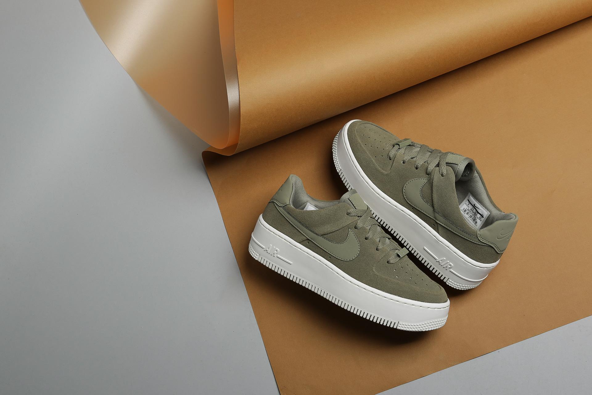 dc37bae1 Купить зеленые женские кроссовки Air Force 1 Sage Low от Nike ...