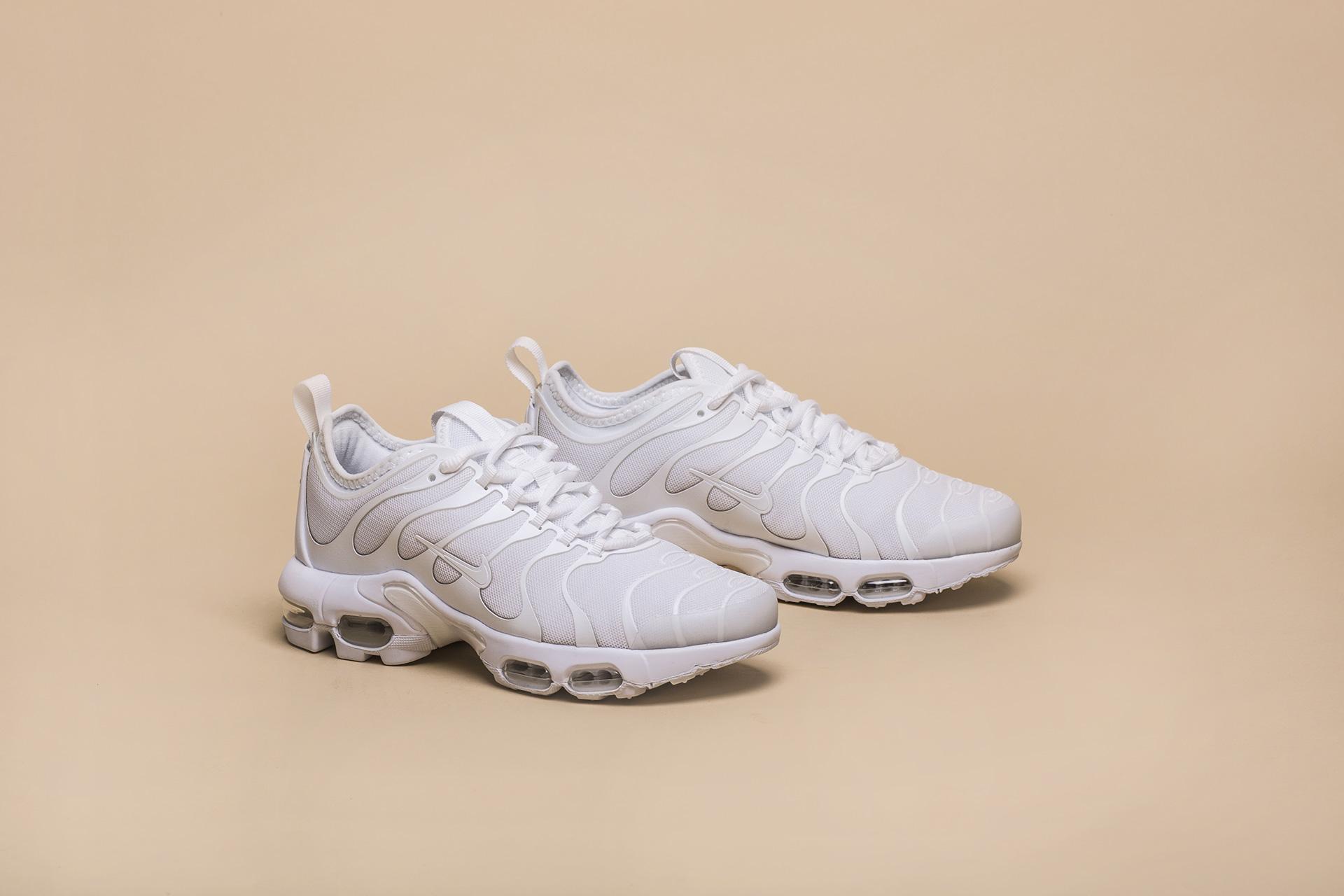 Купить белые женские кроссовки WMNS AIR MAX PLUS TN ULTRA от Nike ... 8695fcaa8243d
